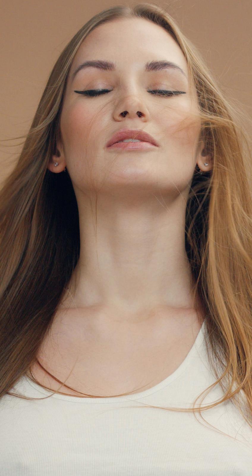 giovane donna con capelli lunghi e chiari ed occhi chiusi