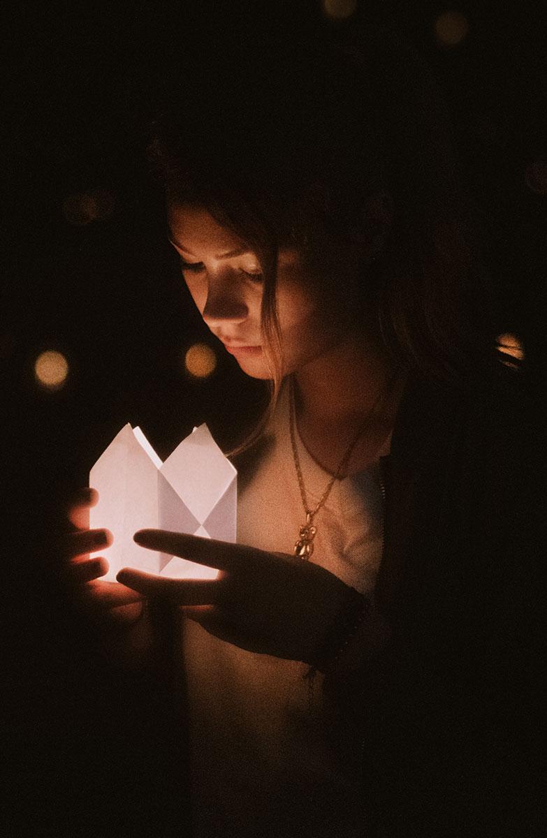 Rilfessi di luce per giovane donna