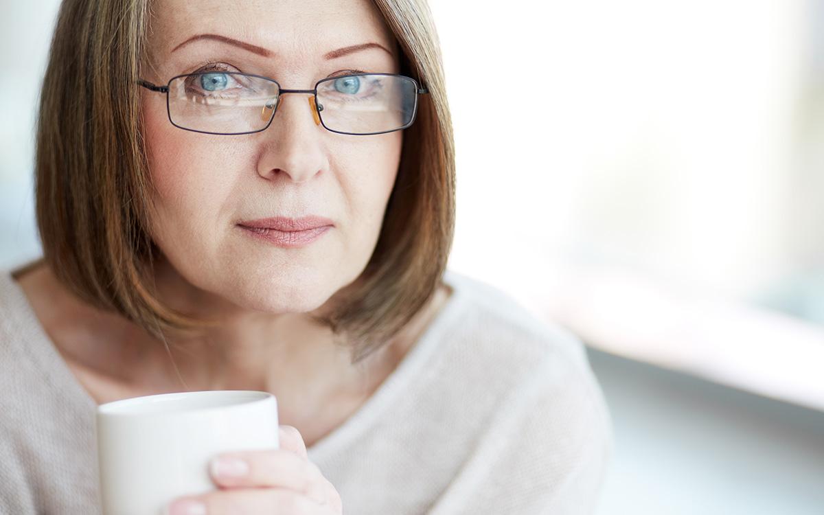 guardare o vedere donna con tazza di caffè