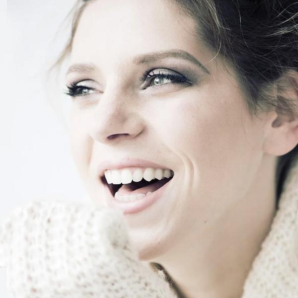 benessere salute donna castana con sguardo sorridente