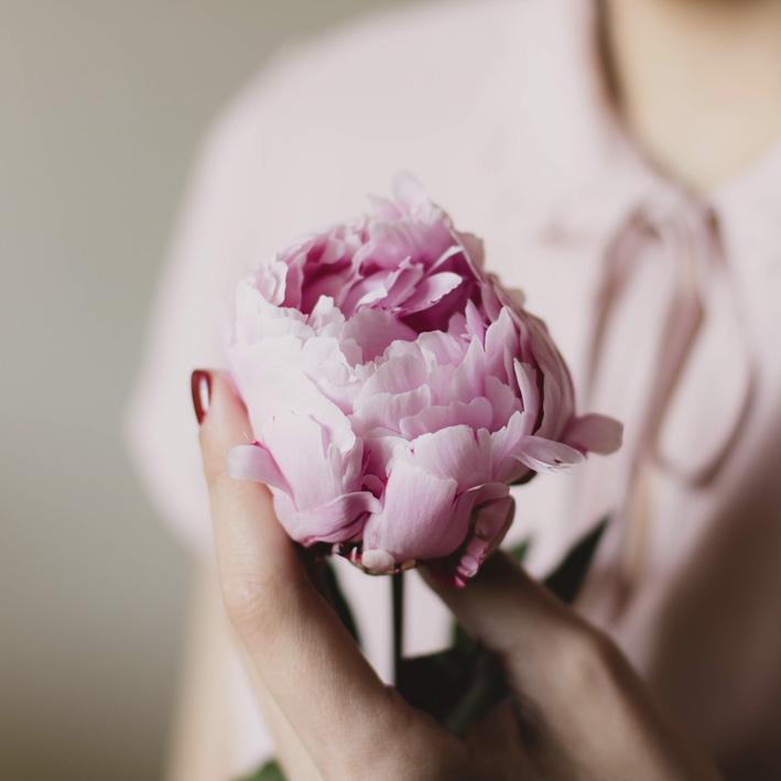 il fiore non sentiva paura nelle mani di una donna