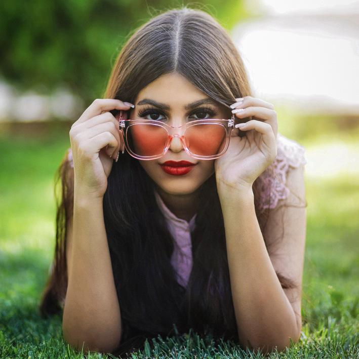 donna mora con occhiali da sole per farsi ricordare