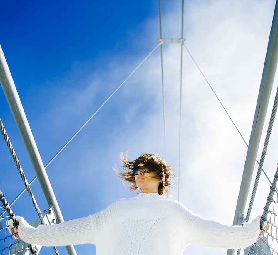 donna con capelli mori al vento