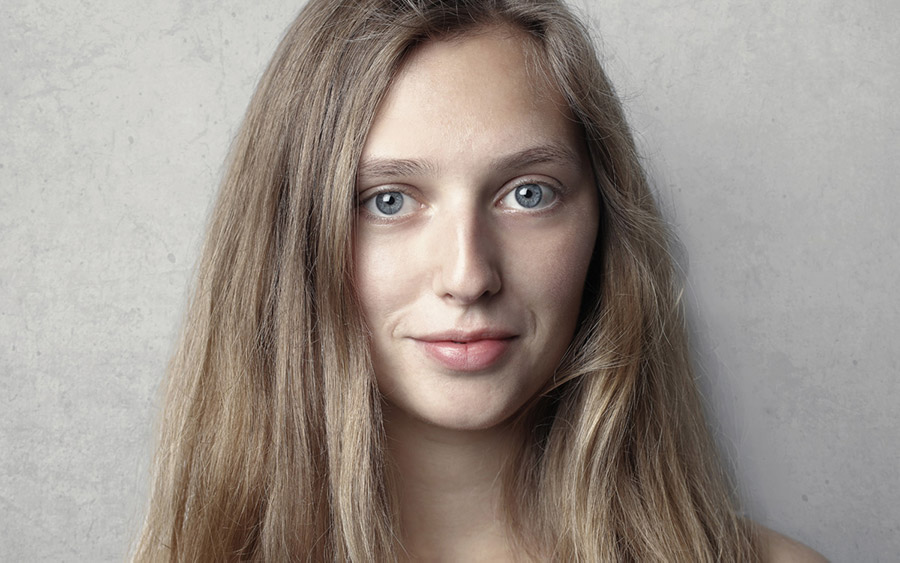 emozioni donna bionda occhi azzurri