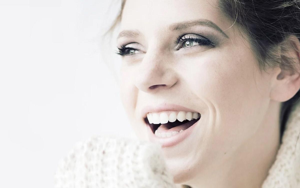 ragazza con sguardo sorridente cura il tuo sorriso