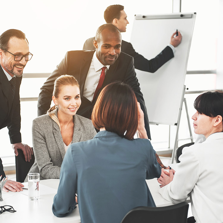 uomini e donne al lavoro in ufficio