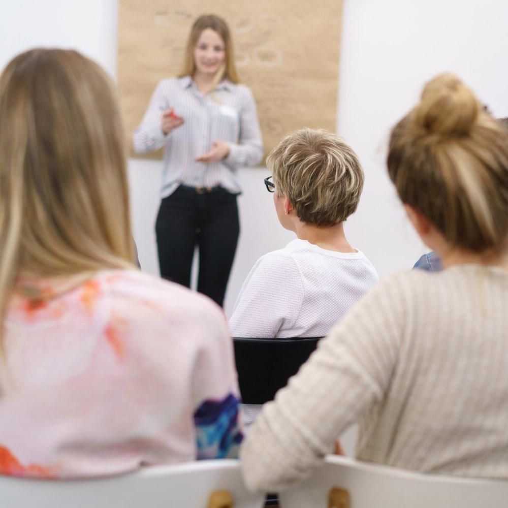 donne in aula mentre ascoltano insegnante