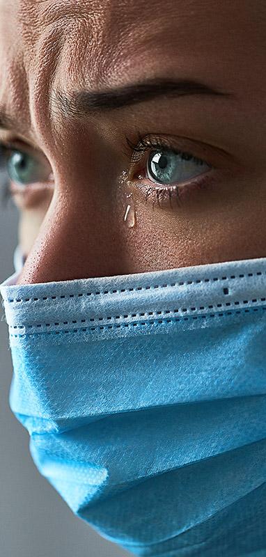 donna con mascherina in pianto