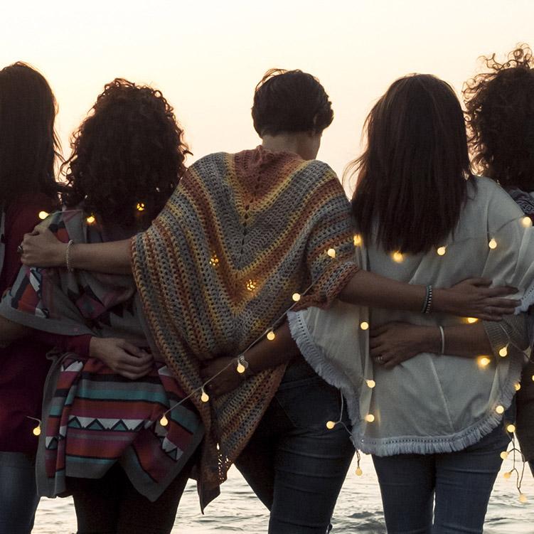 gruppo di donne in festa in riva al mare