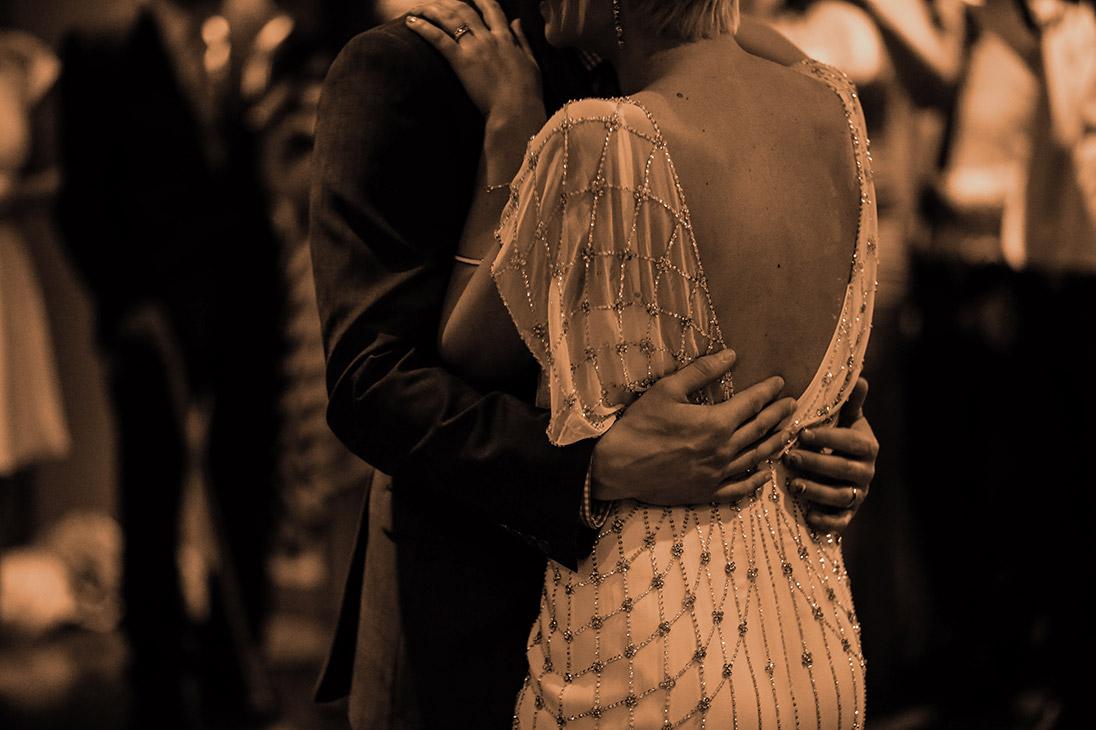 donna e uomo si conoscono mentre ballano