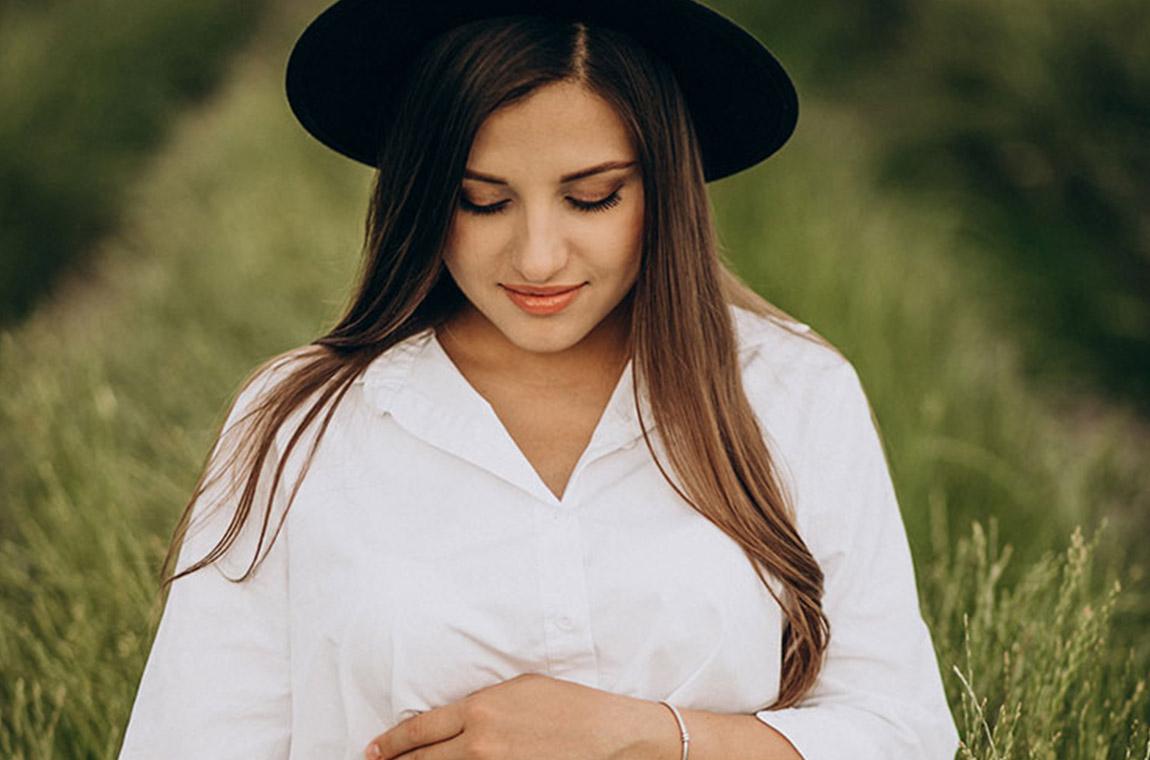 donna in attesa con cappello