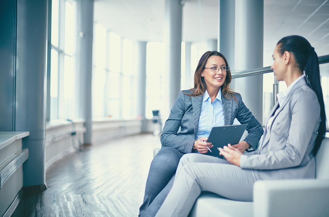 donne sedute in colloquio