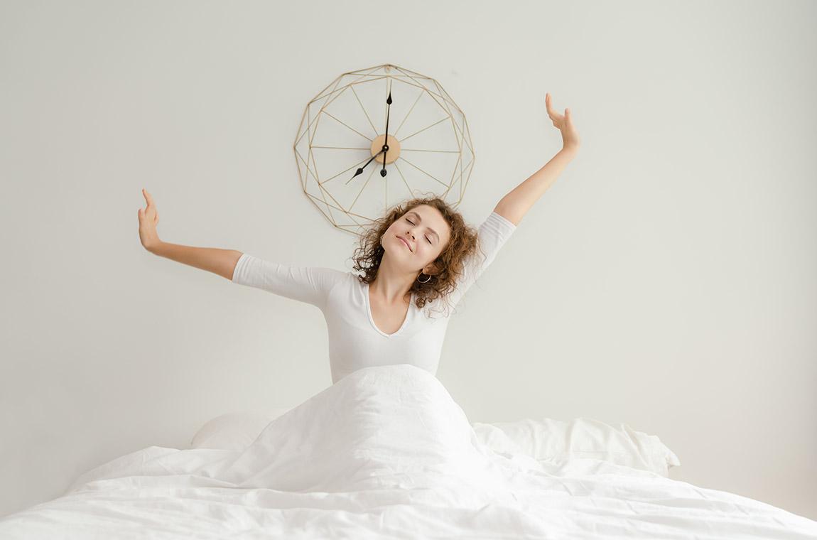 donna appena sveglia nel letto