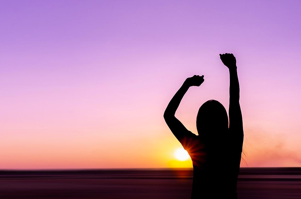 donna di fronte a tramonto