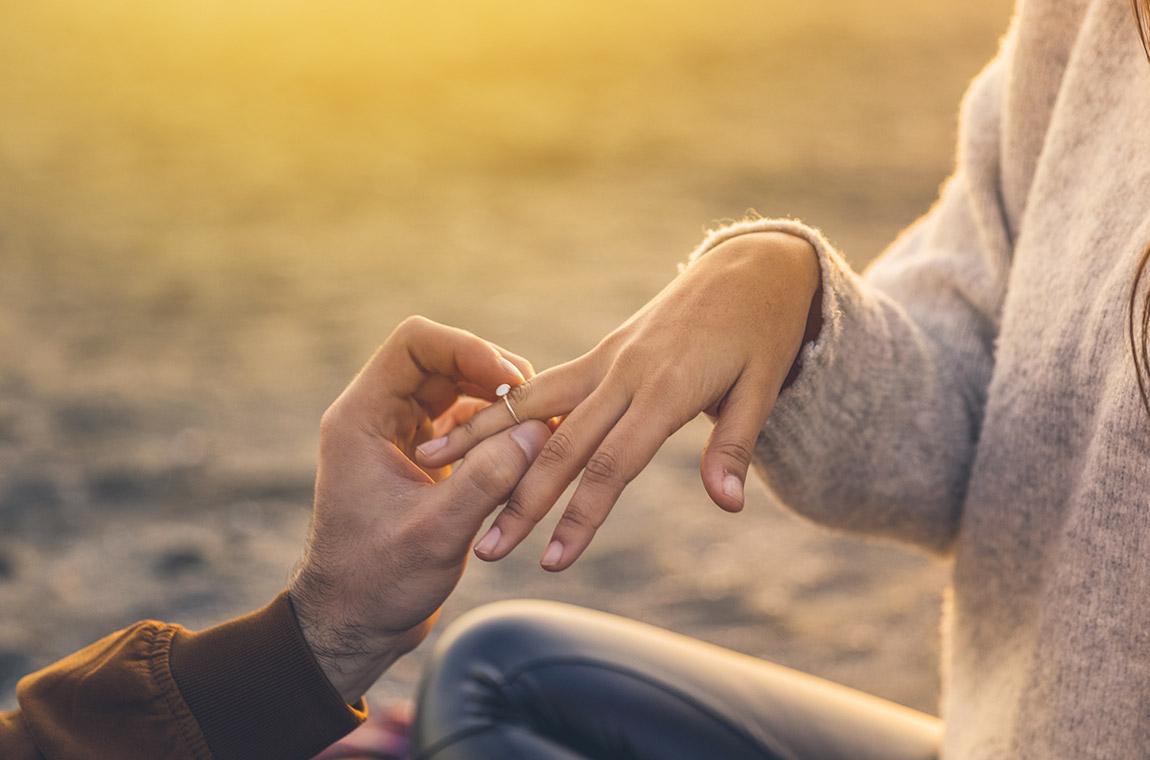 mani di uomo e donna