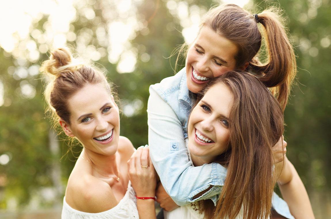 ragazze giovani sorridenti