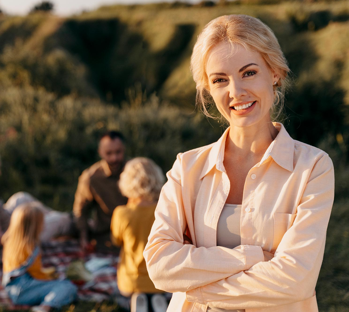 donna bionda sorridente in campagna