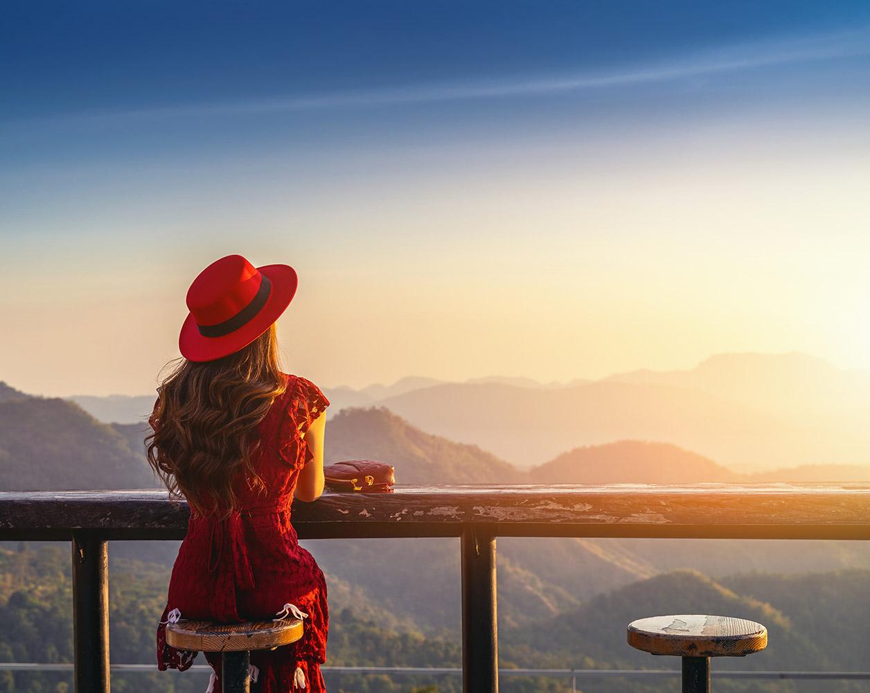 donna con cappelllo rosso all orizzonte