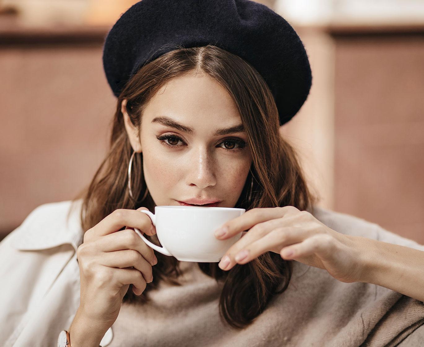 donna con cappello con tazza di te