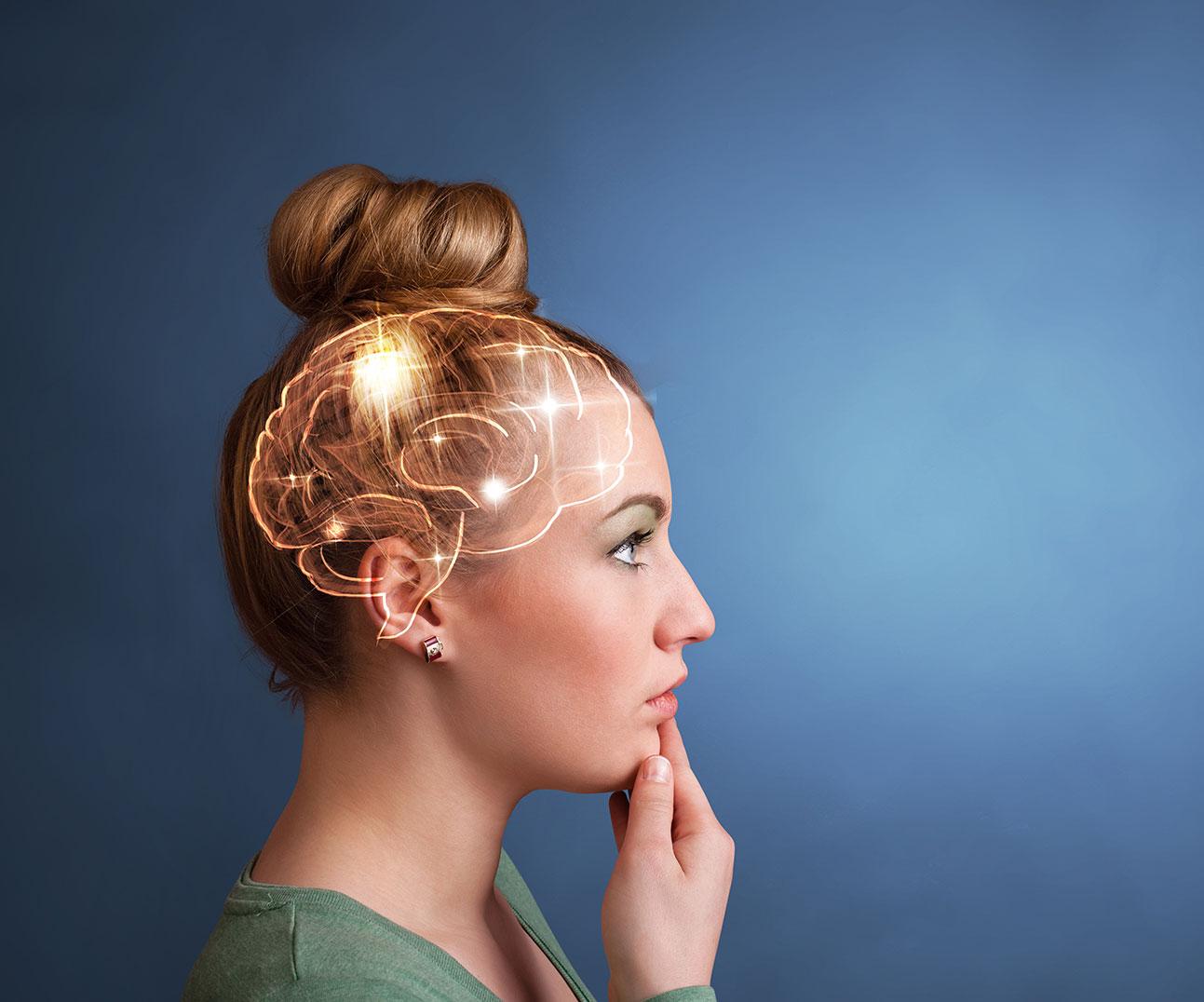 ragazza bionda con luci fra capelli
